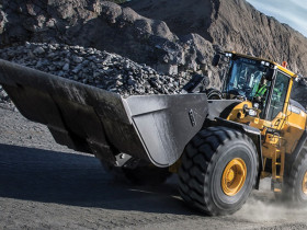 The Volvo L150H, L180H and L220H wheel loaders, occupying the 25 to 39 ton weight class, excel in a wide range of jobs.